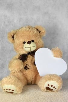 Bär teddy mit herz liebt dich