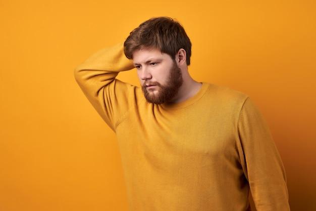 Baerded mann im schwarzen t-shirt auf grauem hintergrund