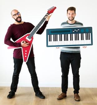 Bärtige männer, die musikikonen genießen