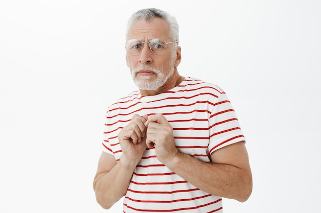 Bärtiger alter mann im gestreiften t-shirt