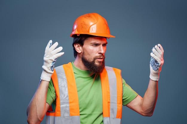 Bärtiger arbeiter mit orangefarbenem hut und warnweste