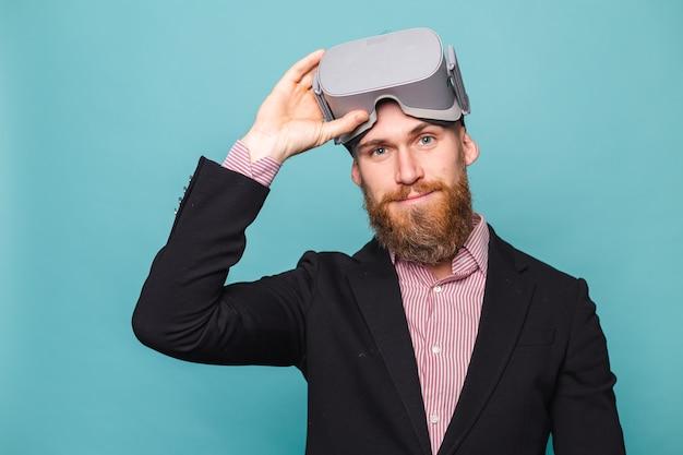 Bärtiger europäischer geschäftsmann im dunklen anzug lokalisiert, vr brille auf kopf mit aufgeregtem glücklichem gesicht tragend