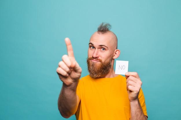 Bärtiger europäischer mann im gelben hemd lokalisiert, keinen starken mann ernstes gesicht haltend