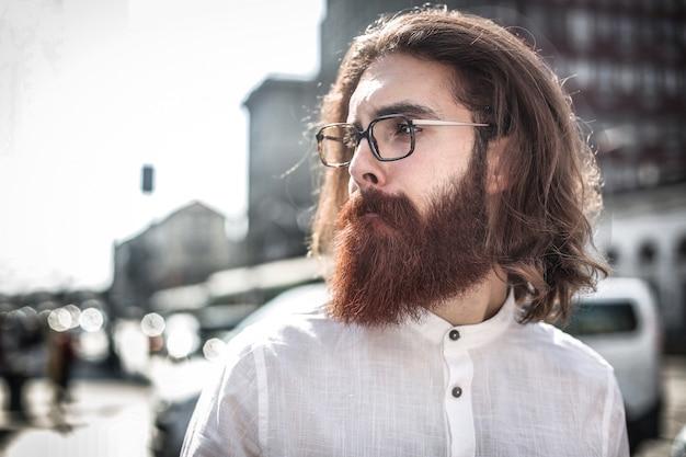Bärtiger hipster kerl