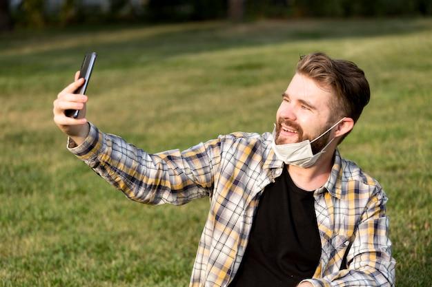 Bärtiger junger mann, der ein selfie macht