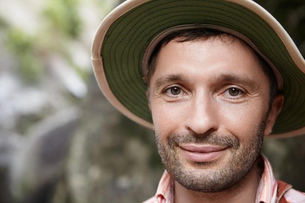 Bärtiger kaukasischer botaniker oder biologe mittleren alters mit panamahut