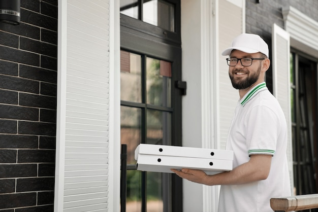Bärtiger lieferbote mit pizzakartons