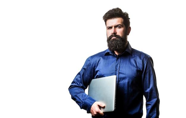 Bärtiger männlicher geschäftsmann, der einen computer in seinen händen isoliert hält. junger geschäftsmann mit seinem laptop, pc