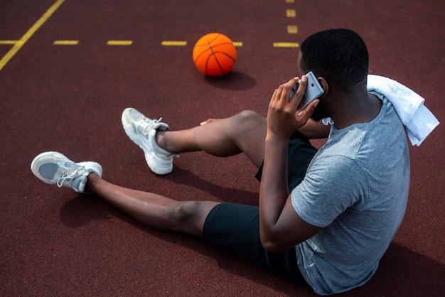 Bärtiger mann am telefon sprechen