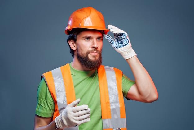 Bärtiger mann arbeitsberuf industrie isolierter hintergrund