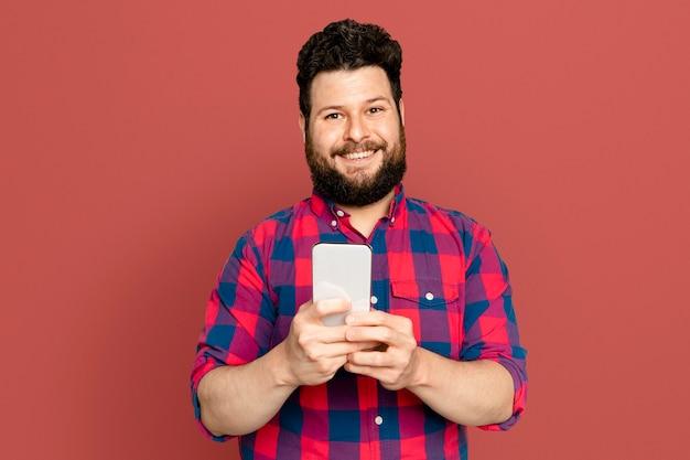 Bärtiger mann, der auf digitalem smartphone-gerät sms schreibt