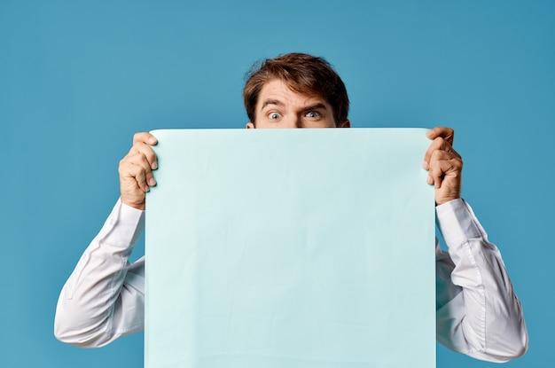 Bärtiger mann, der ein banner mit blauem hintergrund vor sich hält