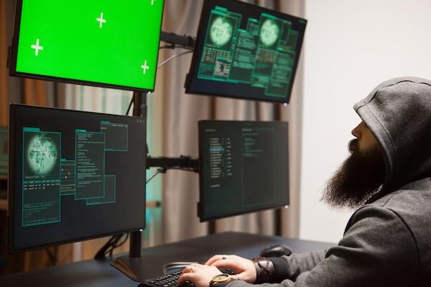 Bärtiger mann, der seine regierungsserver hackt gefährlicher cyber-terrorist.
