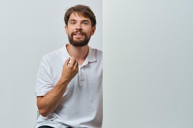 Bärtiger mann, der weißes banner-kopienraum-werbe-exekutivplakat hält