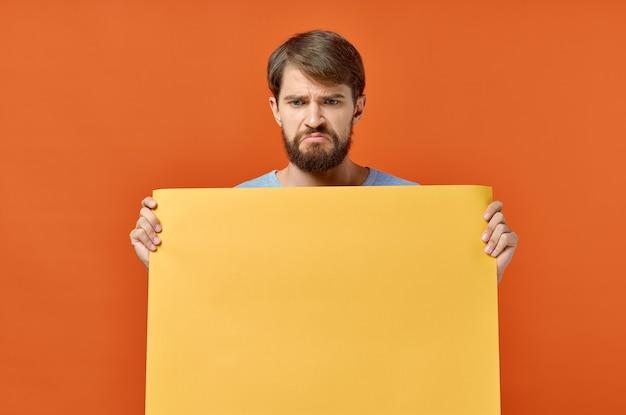 Bärtiger mann gelber modellplakatrabatt lokalisierter hintergrund