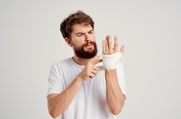 Bärtiger mann handverletzung behandlung gesundheitsprobleme emotionen krankenhausmedizin