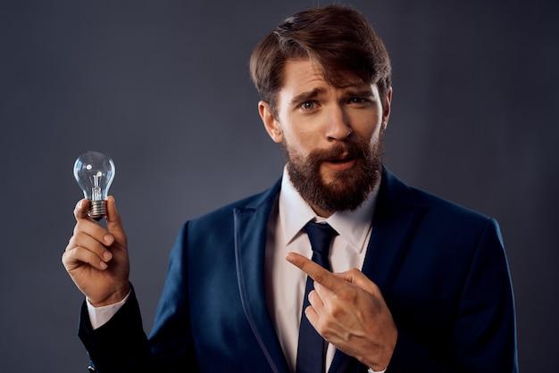 Bärtiger mann im anzug mit lampe in der hand eine geniale idee der innovation