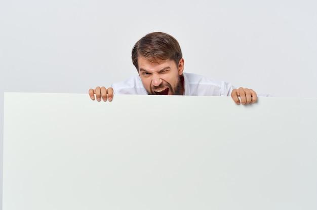 Bärtiger mann im anzug weißer mocap-plakat-rabatt-werbung auf weißem hintergrund