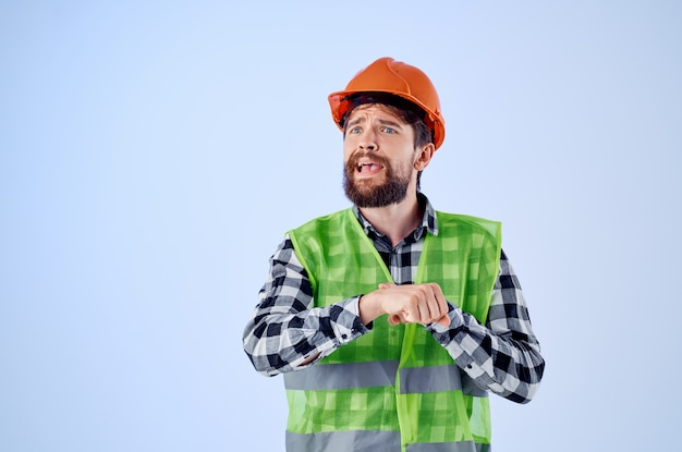 Bärtiger mann im orangefarbenen schutzhelm bau professionellen isolierten hintergrund. foto in hoher qualität