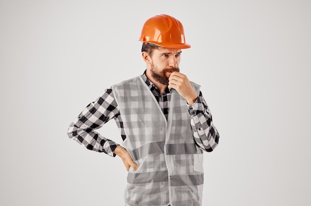 Bärtiger mann im orangefarbenen schutzhelmbaufachmann lokalisierter hintergrund