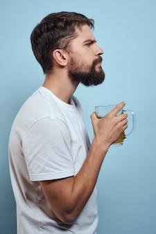 Bärtiger mann im weißen t-shirt bierkrug alkohol fast food blauem hintergrund