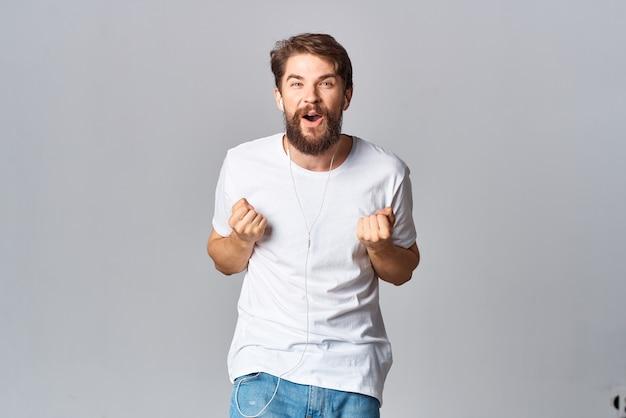 Bärtiger mann im weißen t-shirt gestikuliert mit händen emotion entertainment lifestyle