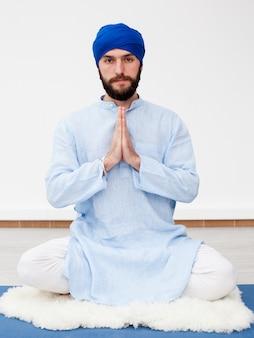Bärtiger mann in einem turban