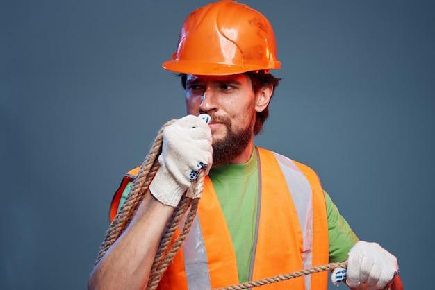 Bärtiger mann in orange schutzhelm bauprofi