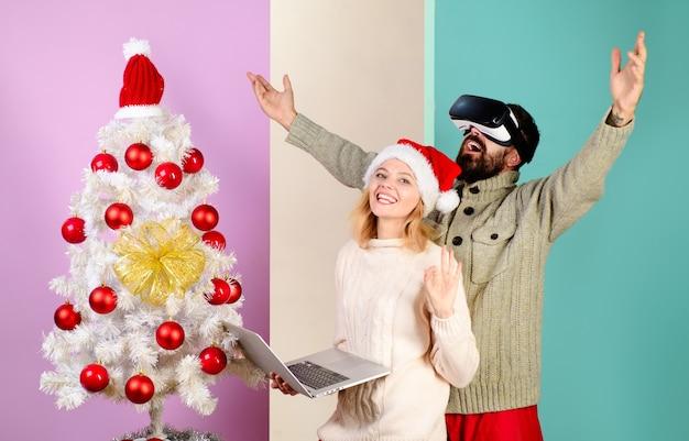 Bärtiger mann in vr-brille frau mit laptop virtual reality d technologie glückliches paar feiern