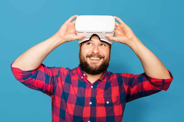 Bärtiger mann mit digitalem vr-headset