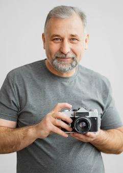 Bärtiger mann mit kamera Premium Fotos