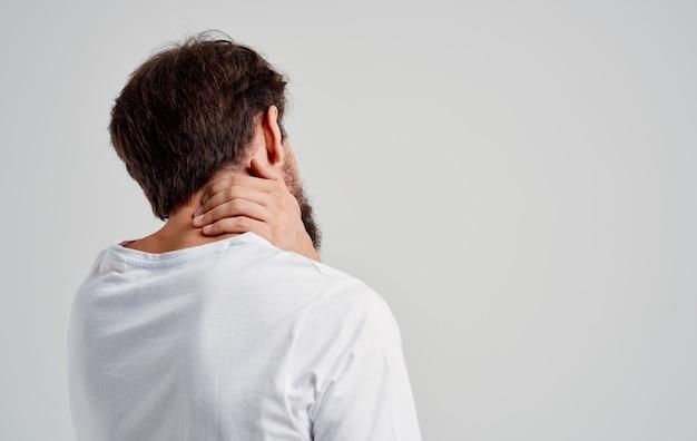 Bärtiger mann mit nackenarthritis gesundheitsproblemen studiobehandlung