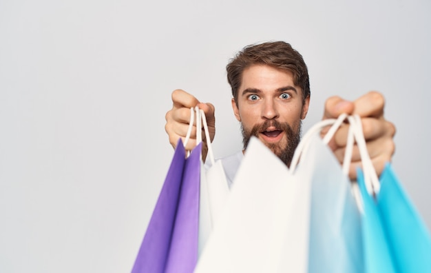 Bärtiger mann mit paketen in den händen beschnitten isoliertes einkaufen.