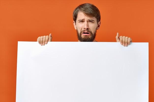 Bärtiger mann mit plakat in der hand auf orange
