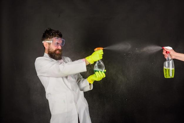 Bärtiger mann mit reinigungsgeräten, der werbung für reinigungsdienste säubert, bärtiger mann mit