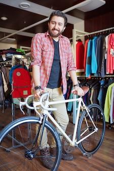 Bärtiger mann mit seinem fahrrad aufwirft