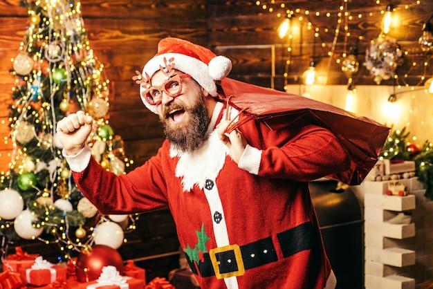Bärtiger mann mit weihnachtsmannkleidung