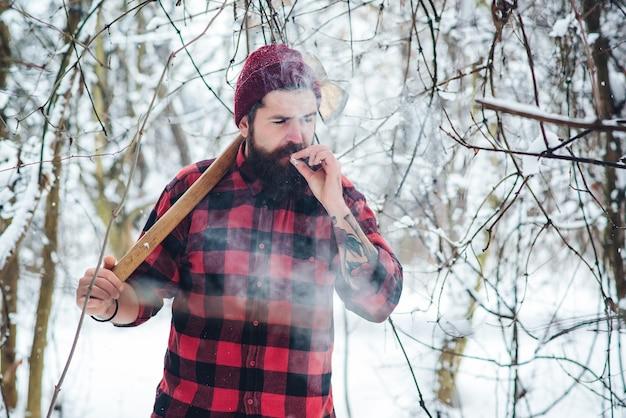 Bärtiger mann mit zigarette