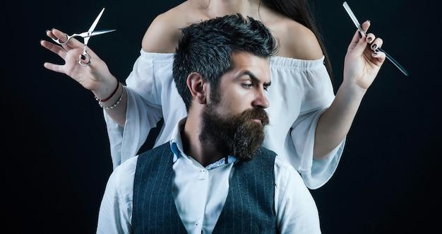 Bärtiger mann moderner mann mit klassischem langem bartfriseur-rasiermesserfriseur, der sich in friseurschnurrbartmännern rasiert
