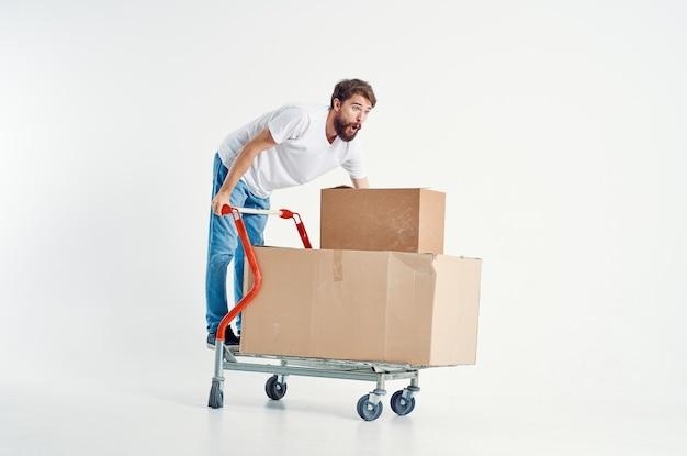 Bärtiger mann versand transport in einer box isolierten hintergrund. foto in hoher qualität