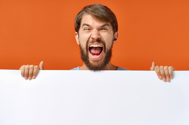 Bärtiger mann werbung marketing kopie raum studio lifestyle