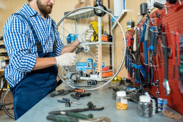 Bärtiger mechaniker konzentriert auf arbeit