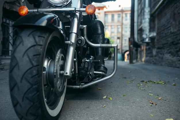 Bärtiger motorradfahrer auf klassischem hubschrauber, biker
