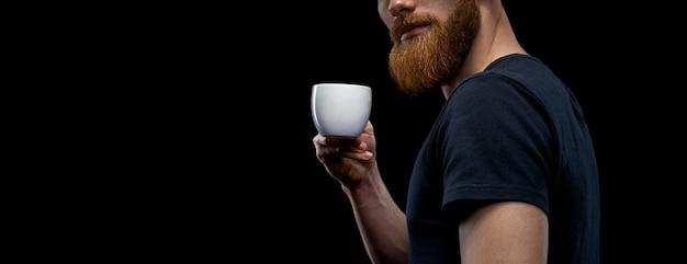 Bärtiger stylischer mann mit tasse kaffee