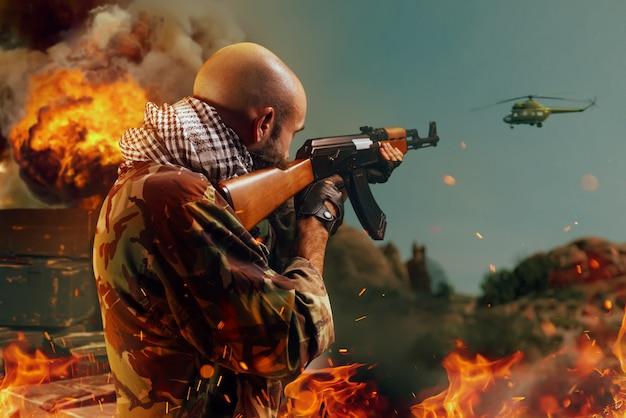 Bärtiger terrorist schießt den hubschrauber aus dem gewehr