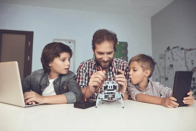 Bärtiger vater und sohn, die roboter zu hause bauen.