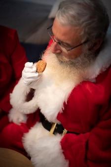 Bärtiger weihnachtsmann des hohen winkels