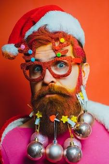 Bärtiger weihnachtsmann nahaufnahme porträt bart mit weihnachtsdekoration lustiger weihnachtsmann wünscht ihnen frohe weihnachten ...