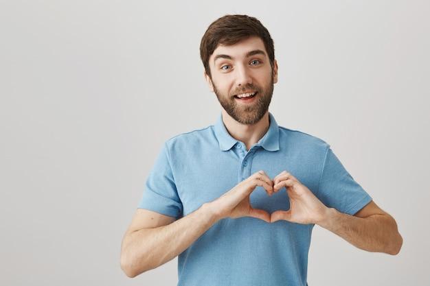 Bärtiges porträt eines jungen mannes mit blauem t-shirt