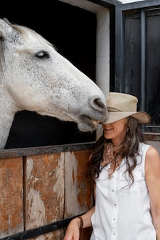 Bäuerin mit ihrem pferd auf der ranch